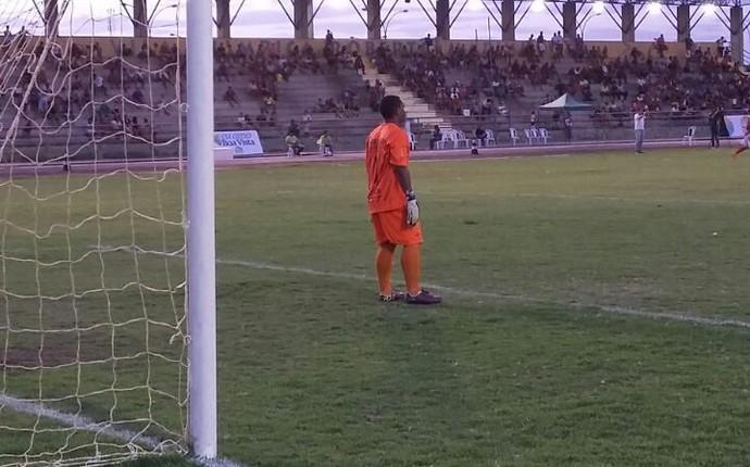 Zezinho calça as luvas no segundo tempo, mas novamente sofre dois gols (Foto: Ivonísio Júnior)