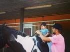 Piqué ensina o filho dele com Shakira a 'cavalgar'