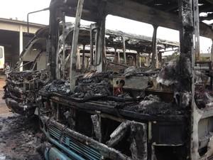 Ônibus em Tijucas ficaram destruídos (Foto: Luiz Jr/VipSocial)