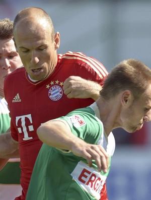 Robben e Bernd Nehrig del SpVgg Greuther (Foto: EFE)