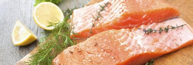 Salmão está entre os melhores alimentos para uma refeição rápida e com poucas calorias (Foto: Think Stock)