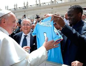 Papa Francisco ganha camisa do Lazio de Louis Saha (Foto: Agência Reuters)