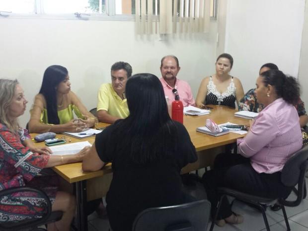 Gestores de saúde elaboram documemto durante reunião providências ao HU (Foto: Aracelly Romão/ TV GrandeRio)