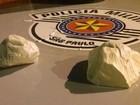 Em ônibus, homem é preso com porções de cocaína nas roupas