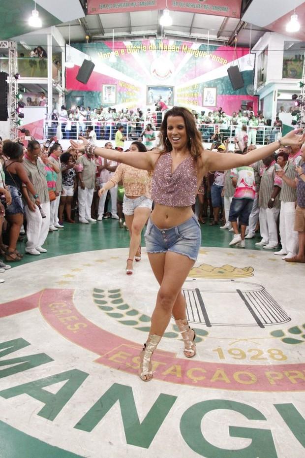 Renata Santos é musa do Mangueira e mostra samba no pé em ensaio de carnaval (Foto: Thiago Mattos/Divulgação)