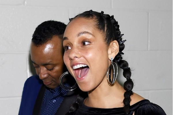A cantora Alicia Keys, sem maquiagem, no Grammy 2018 (Foto: Getty Images)