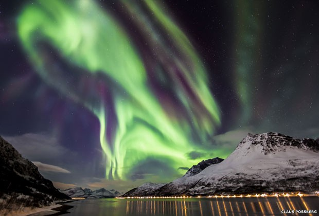 Esta fotografia retrata a dança celestial da aurora boreal sobre um fiorde em Skjervøy, Troms, Noruega (Foto: Claus Possberg/BBC)