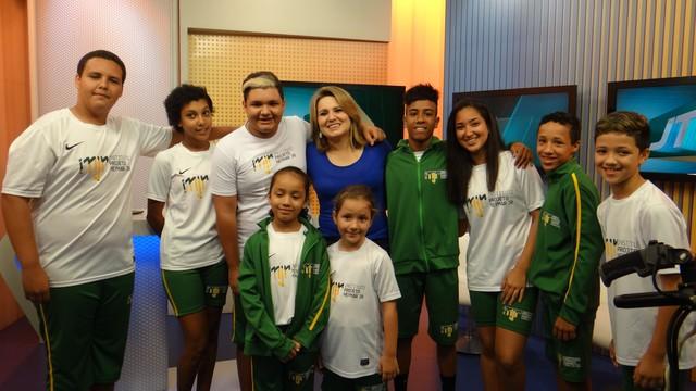 Crianças do Instituto Neymar Jr. conhecem os bastidores da TV Tribuna (Foto: Fernanda Maciel)