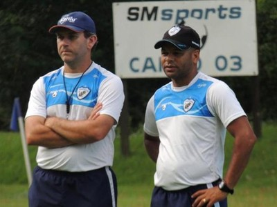 Técnico Claudio Tencati e o auxiliar Aléssio, do Londrina (Foto: Site oficial do Londrina/Pedro Rampazzo)