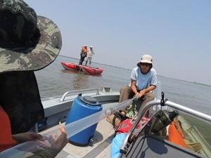 Montagem de equipamento para a recuperação de 'testemunho sedimentar' em pesquisa sobre o Pantanal na lagoa Uberaba (Foto: Arquivo Pessoal/Aguinaldo Silva)