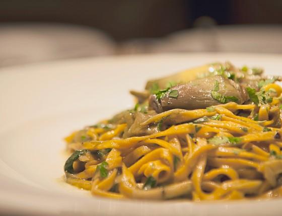 Entre as opções do menu sazonal do Fasano al Mare está Entre os pratos feito com as tão cobiçadas alcachofras está uma massa fresca com a iguaria (foto), uma costeleta de cordeiro e até um risoto (Foto: Divulgação)