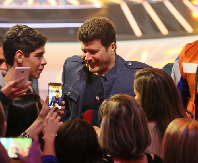 Cantor conversando com os fãs nos intervalos do programa (Foto: Isabella Pinheiro/ Gshow)