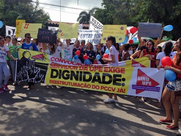 Estudantes fazem passeata com faixas e cartazes. (Foto: Ana Regina / TV Globo)