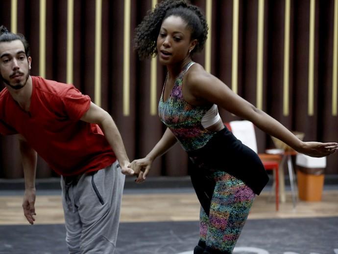 Negra Li ensaia mostra foto para pegar coreografia (Foto: Inácio Moraes/ Gshow)