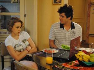 O garoto tenta fazer as pazes com a namorada, mas Babi não quer saber de conversa (Foto: Malhação / Tv Globo)