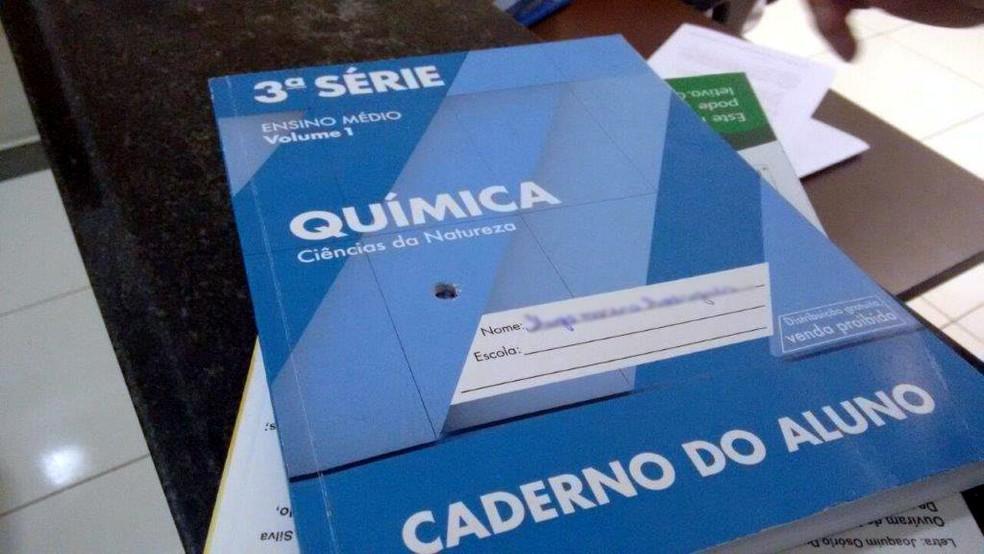 Um dos tiros ficou alojado no caderno que colega da vítima carregava na mochila; ele não ficou ferido (Foto: João Trentini/Rádio Tupã)