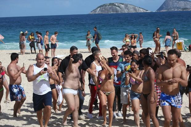 Justin Bieber causa tumulto em praia (Foto: AgNews)