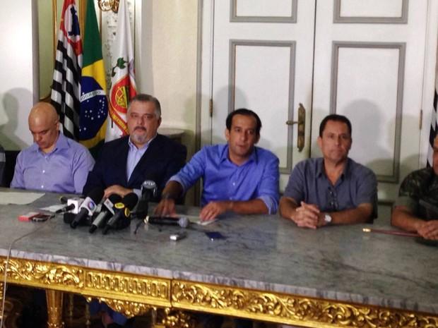 Autoridades realizaram uma coletiva de imprensa na sede da Prefeitura de Santos (Foto: Cássio Lyra/G1)