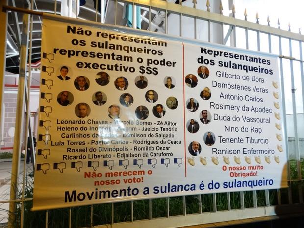 Cartaz é afixado na fachada da Câmara de Vereadores pelo movimento 'A Sulanca é do Sulanqueiro'  (Foto: Foto: Joalline Nascimento/ G1)