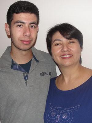 Arthur, de 17 anos, e a mãe, Cristiane Saito: ele vai fazer o Enem em outubro, ela fez o exame em 2004  (Foto: Arquivo pessoal/Cristiane Saito)