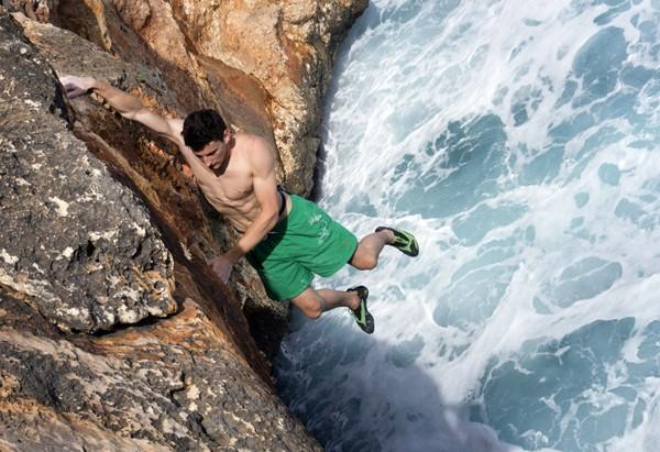 Alpinista se arrisca nas falésias em Mallorca. (Foto: Jaime Reina/AFP)