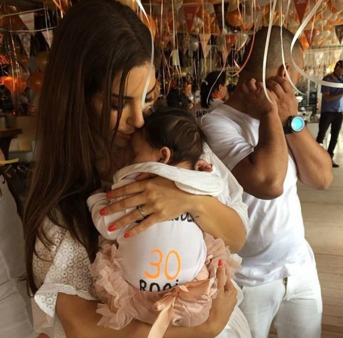 Yolanthe Cabau, esposa de Sneijder, aparece com bebê de Demy de Zeeuw no colo (Foto: Reprodução)