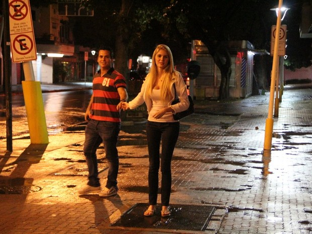 Bárbara Evans com o namorado, Leonardo Conrado, na Zona Sul do Rio (Foto: Rodrigo dos Anjos/ Ag. News)