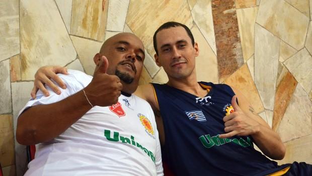 O massagista Pia e o armador Fúlvio, do São José Basquete (Foto: Danilo Sardinha/Globoesporte.com)