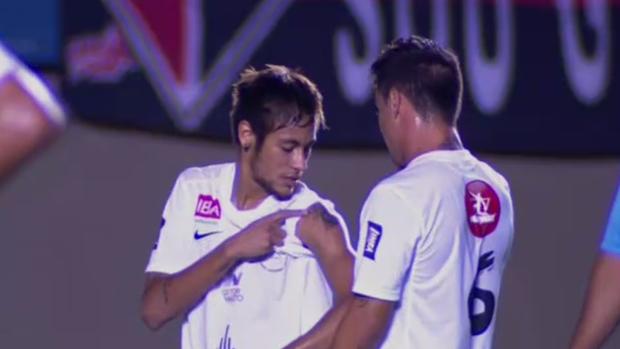 Neymar mostra tatuagem para Bernardo (Foto: Reprodução SporTV)