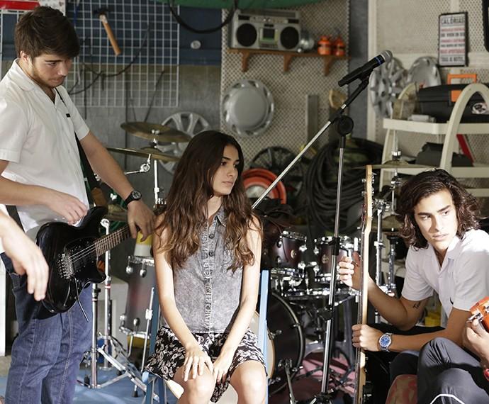Luciana conta com a ajuda da banda para fazer surpresa para amiga (Foto: Felipe Monteiro/Gshow)
