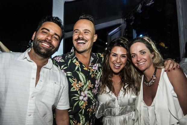 Paulinho Vilhena, Fernanda Paes Leme e amigos em festa de réveillon em Fernando de Noronha  (Foto: Marcelo Loureiro / AgNews)
