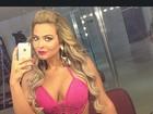 Geisy Arruda mostra cintura com body de crochê rosa decotado