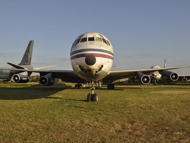 Avião abandonados no 'cemitério' do aeroporto de Viracopos, em Campinas (Foto: Leandro Filippi / G1)