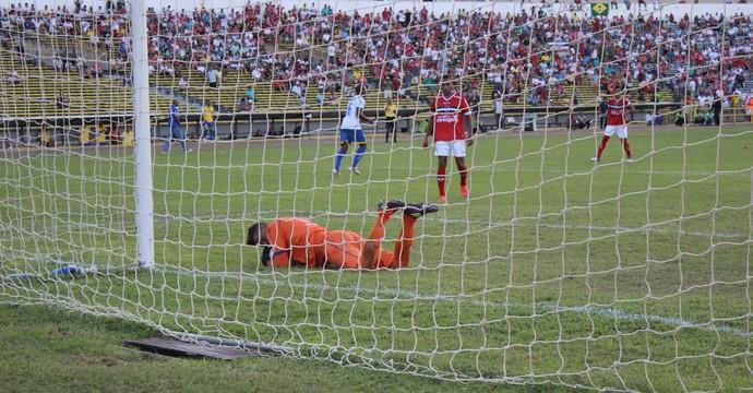 Carlão à la Gordon Banks (Foto: Abdias Bideh/GloboEsporte.com)