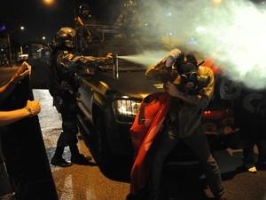 Polícia usa spray em protesto no Rio (Foto: Tasso Marcelo/AFP)