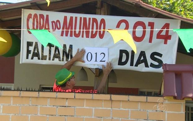 Moradores de Manaus fazem contagem regressiva para a Copa de forma criativa (Foto: Amazonas TV)