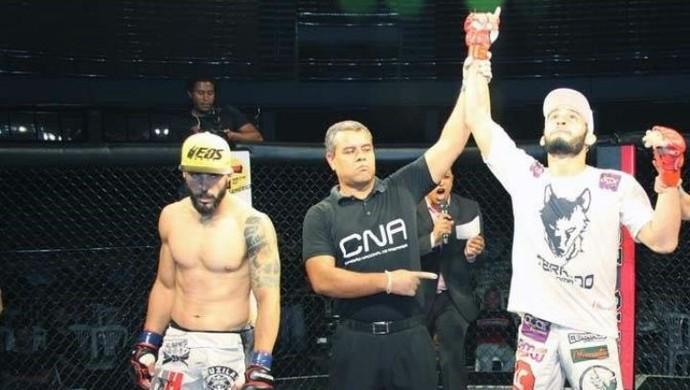 Lúcio Curado vence luta com dois golpes ao mesmo tempo (Foto: Gago.com/ Divulgação)