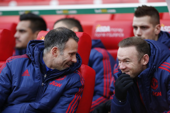 Rooney Giggs no banco de reservas (Foto: Reuters)