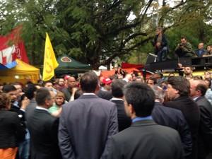 Deputados de oposição encontram manifestantes em frente à Assembleia do RS (Foto: Roberta Salinet/RBS TV)