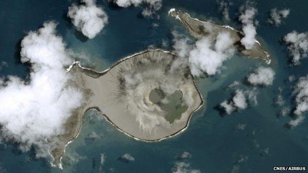 Hoje, no mesmo local, existe uma formação rochosa com uma cratera no centro  (Foto: CNES/Airbus)