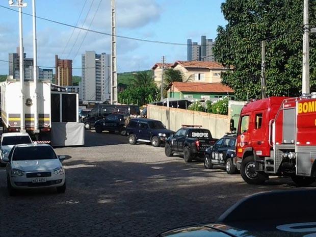 Policiais militares e civis, bombeiros e uma unidade do Samu estão no local (Foto: Sérgio Henrique/Inter TV Cabugi)