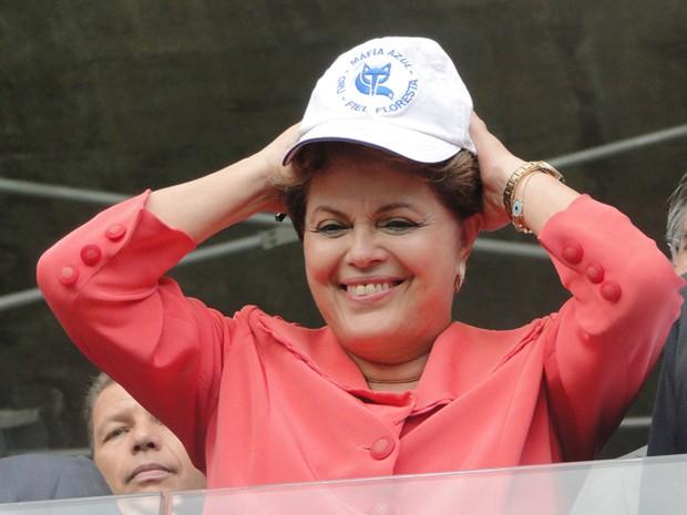 Presidente Dilma Rousseff usa um boné de uma torcida do Cruzeiro na inauguração do Mineirão (Foto: Pedro Triginelli/G1 MG)