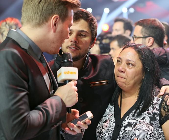 Renato Vianna abraçado com a mãe durante entrevista (Foto: Isabella Pinheiro / Gshow)