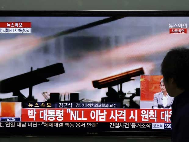 Noticiário na TV sul-coreana informa sobre manobras militares da Coreia do Norte. (Foto: Lee Jin-man / AP Photo)