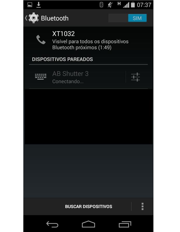 Pareando o celular com o monópode através do Bluetooth (Foto: Reprodução/Marcela Vaz)
