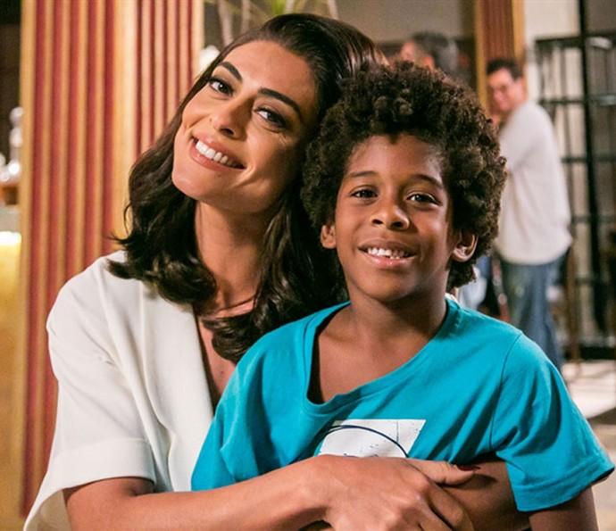 A personagem de Juliana Paes tenta adotar o pequeno Gabriel na novela Totalmente Demais (Foto: Raphael Dias/Gshow)