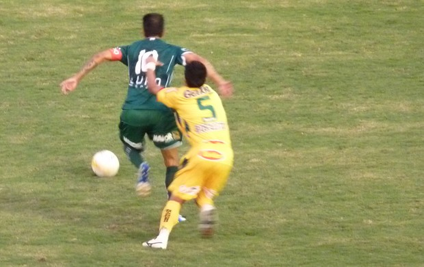 Thiago Gentil tenta escapar do marcador no empate entre Mirassol e Guarani (Foto: Warley Menezes / Divulgação Guarani)