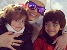 Carol Celico posa com os filhos e avisa que vai esquiar