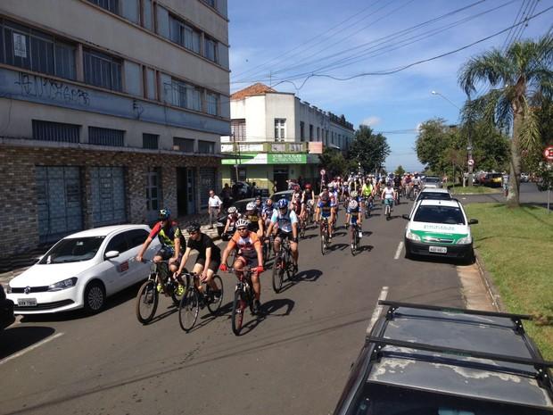 Dezenas de ciclistas participaram do cortejo fúnebre (Foto: André Salamucha/RPC)