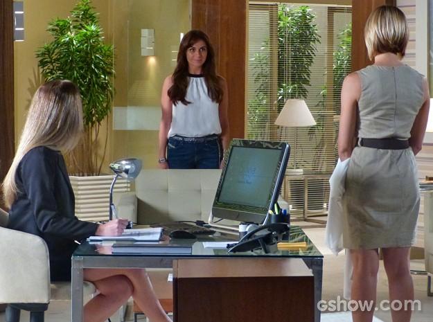 Clara chega de surpresa ao consultório de Silvia (Foto: Em Família/ TV Globo)